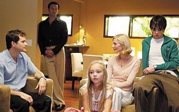 Christian, al fondo, contempla la familia que desear?a suya. A saber qu? mira Julia...